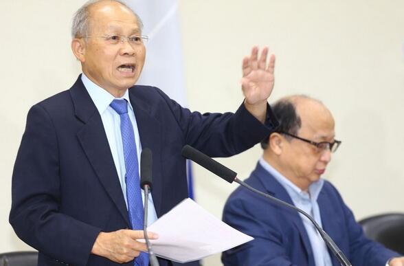 国民党中常会由副主席林政则(左)代表宣读洪秀柱给党员的信