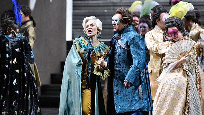 """男中音歌唱家谢尔盖·穆尔扎耶夫的表现依然抢眼,""""90后""""女高音玛丽亚·穆德拉克饰演的奥斯卡机敏、灵动凌风/摄"""