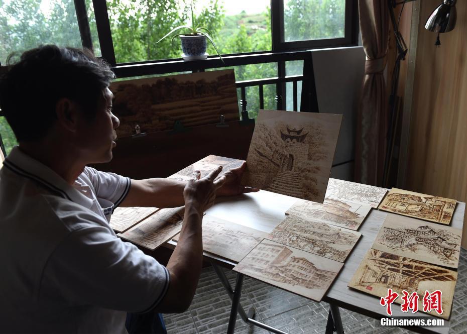 Un vieillard de Chongqing immortalise des changements intervenus dans son pays natal à travers ses œuvres