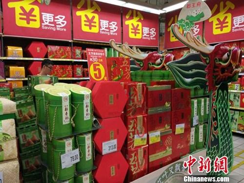 超市里正在热卖的各式粽子。中新网记者 李金磊 摄