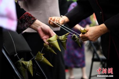 资料图:市民在包粽子。 中新社记者 陈超 摄