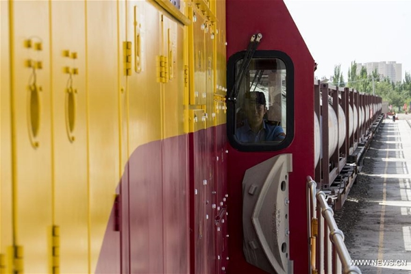 الصين تصدر مواد كيميائية سائلة إلى أوروبا عبر قطار الشحن
