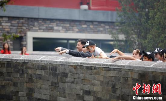 中国驻荷兰大使吴恳与当地小朋友一起观看大熊猫。沈晨 摄