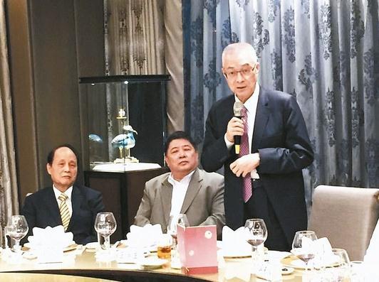 吴敦义(右)日前宴请台企联会长王屏生(中)等多位重量级台商,左为海基会前董事长林中森。