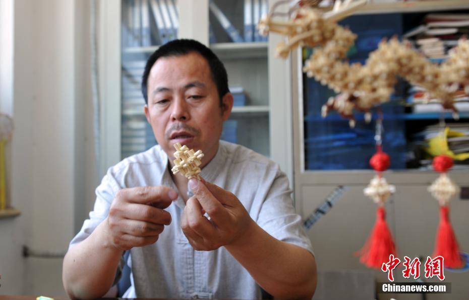 Fabrication artisanale d'objets d'art avec des pailles de sorgho