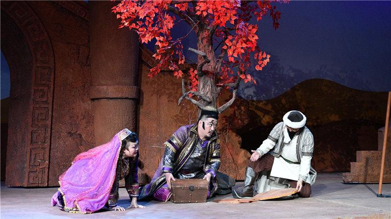 巴依夫妇把自家所有的金币都带来让阿凡提种在了沙漠里