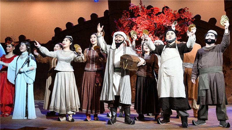 """阿凡提把巴依的所有金币都发给了穷人,也把巧克力做的""""金币""""发给了现场的小观众们"""