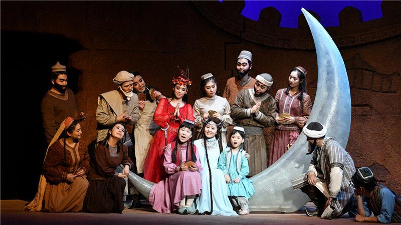 国家大剧院合唱团饰演百姓,与月亮仙子一同唱响生活的美好