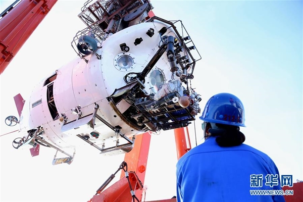 """الغواصة الصينية """"جياولونغ"""" تكتشف أسماك نادرة على عمق 6699 بخندق ماريانا"""