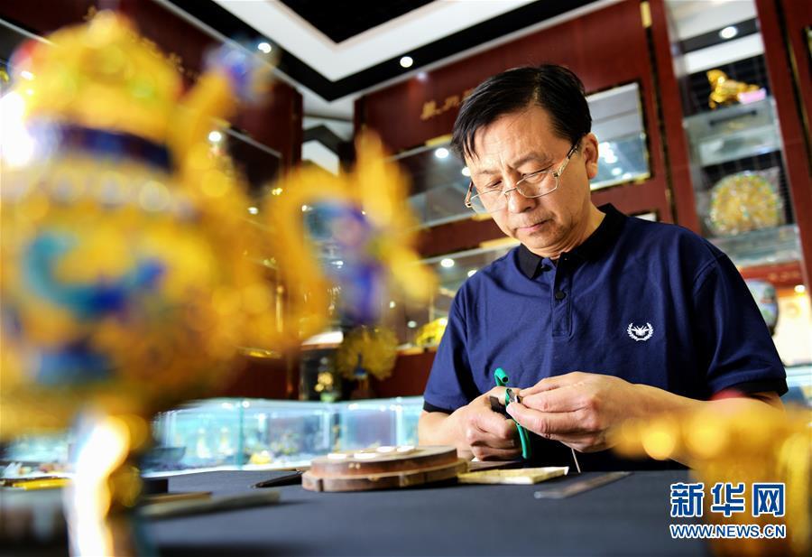 Hebei : métier artisanal d'incrustation des fils fleuris