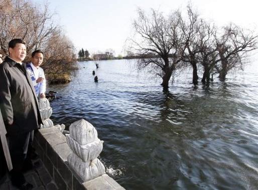 2015年1月,习近平来到大理白族自治州大理市湾桥镇古生村,仔细察看洱海边的生态保护湿地。 新华社记者 鞠鹏 摄