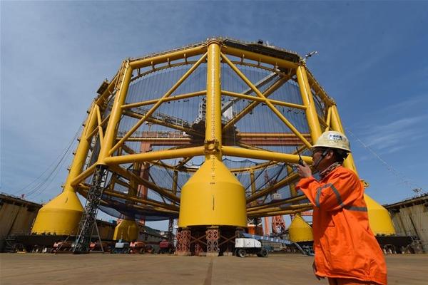 اطلاق شركة بناء السفن الصينية أول سفينة دعم مائي مزودة بحوض غاطس