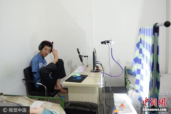 شعبية طالب مبتور الذراعين على قنوات البث الحي الإلكتروني