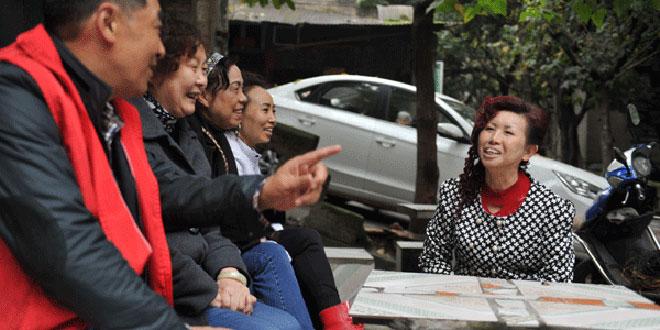 李秋华(右一)与邻居聊家常。(周邦静 摄)