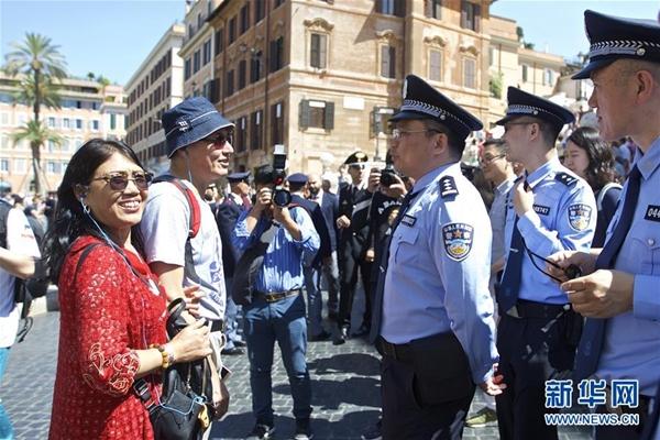 ضباط شرطة صينيون يبدؤون دوريات في 4 مدن ايطالية