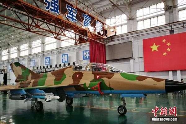 انتهاء تجميع أول طائرة تدريب تجارية من طراز FTC-2000 في الصين