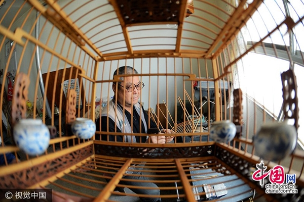 حرفي ماهر مشهور بصناعة أقفاص العصافير بشمال غربي الصين