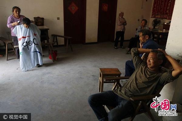 حلاقة مسنة ترفض الحياة في المدينة لتساعد المسنين في الأرياف