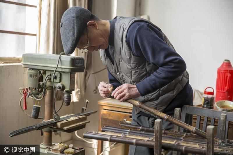 Un artisan de Suzhou se livre à la fabrication des flûtes à bec pendant 70 ans