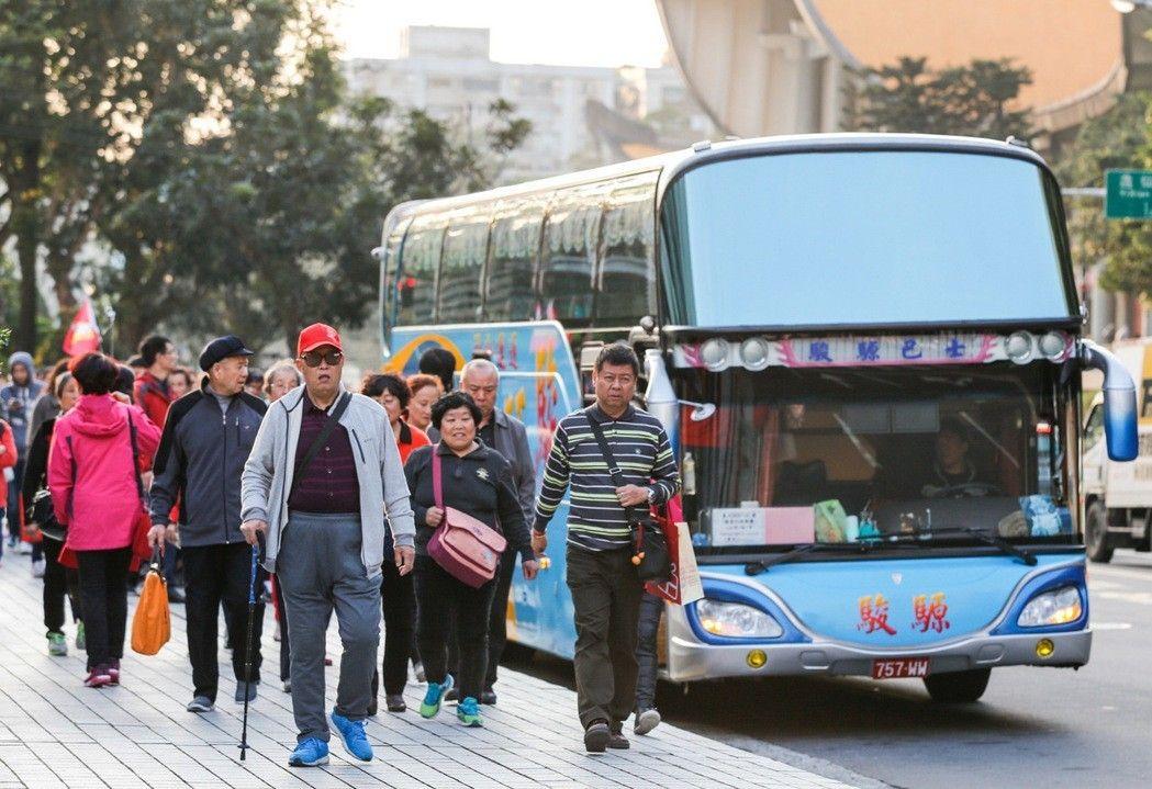 """台湾游览车司机生意难做,拟到交通主管部门""""抛锚"""""""