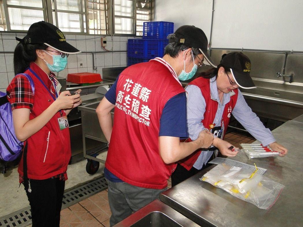 花莲县卫生局稽查人员前往太昌小学营养午餐中央厨房采取检体送验。