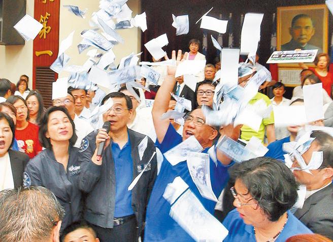 """图为""""立院""""蓝绿冲突后""""蓝委""""撒假钞,讽民进党撒钱。"""