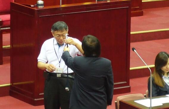 台北议员送柯文哲听诊器,痛批市政病源就是你