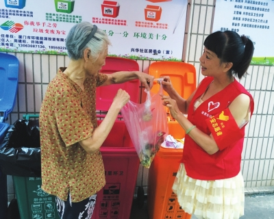 兴华社区党总支书记当起了志愿者,帮助居民做好垃圾分类。