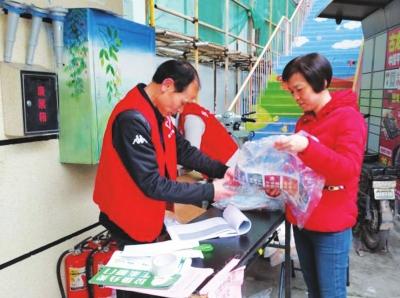 在康乐社区,居民兑换参与垃圾分类活动获得 的奖励