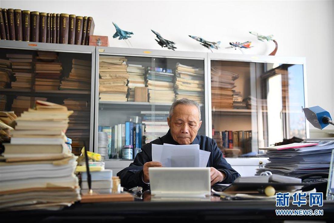 顾诵芬院士在办公室内阅读从网上打印的英文航空资料(4月27日摄)。(新华社发)