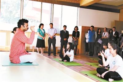 印度瑜伽教师此前曾在学院进行瑜伽培训