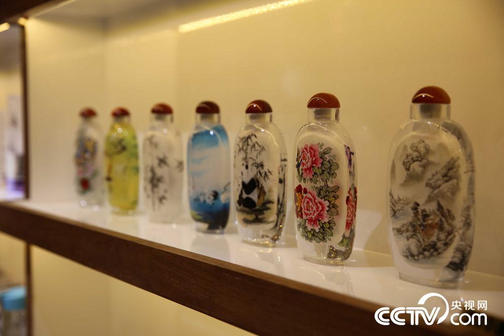 Hebei artist preserves interior painting of snuff bottles