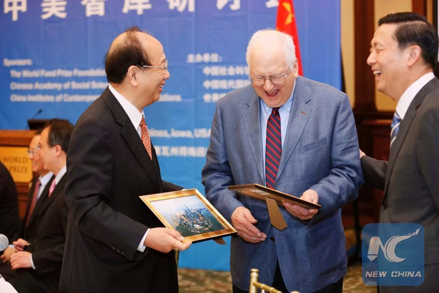 Zhao Qizheng, former Minister of the State Council Information Office, greets Stapleton Roy, former U.S. Ambassador to China in the U.S.-China Think Tank Symposium in Des Moines,Iowa, the United States, June 12, 2017.(Xinhua/Wang Ping)