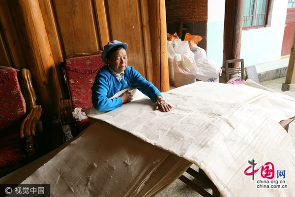 تطورات عملية صناعة الورق يدويا في مدينة تنغ تشونغ بمقاطعة يوننان