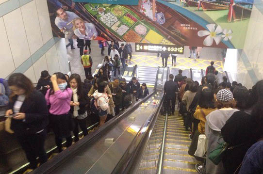 地铁站内的电动扶梯。