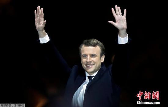 马克龙和妻子布丽吉特在巴黎卢浮宫前举行的庆祝胜选集会上。 <a target='_blank' href='http://www.chinanews.com/' width=