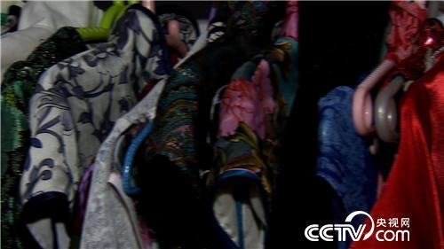 致富经:旗袍女人和她编织袋里的无价之宝(20170616)