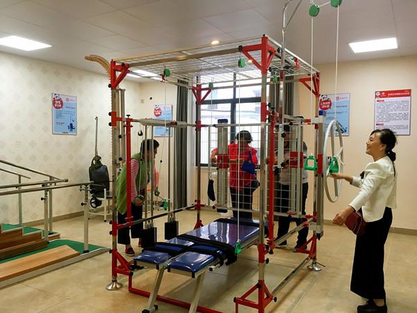 老年人在章贡区三康庙社区居家养老中心锻炼身体 央视网郑芳摄