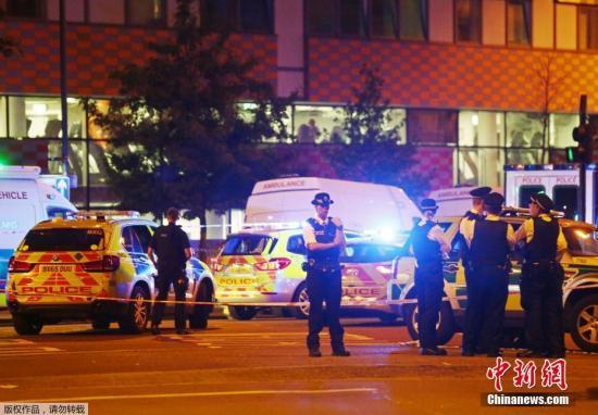 事件发生后,伦敦警方在芬斯伯里公园附近调查。