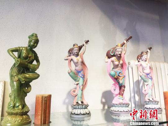 In Dunhuang, Gansu province, 70-year-old folk artist Lu Qinxue has produced Dunhuang painted sculptures for more than 30 years. He duplicated and created many products of high quality, and the prototype was the painted sculptures in Mogao Caves.