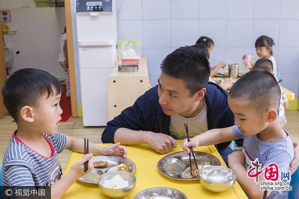 شاب صيني يقضي 11 عاما في دفع التعليم قبل المدرسي