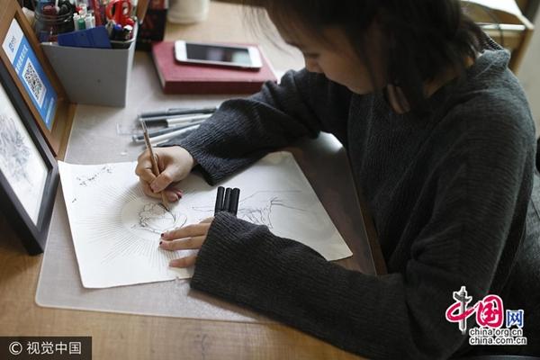 فتاة تتخلى عن عرض وظيفة للعمل كمضيفة طيران لتصبح فنانة وشم