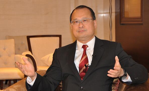 香港中华总商会会长蔡冠深接受记者采访。