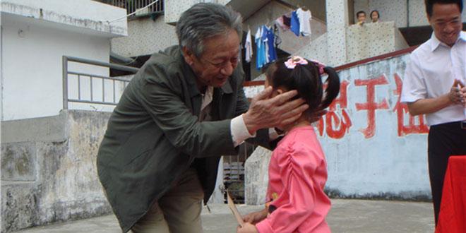 王颂汤在看望贫困孩子