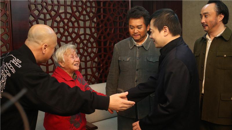 巡演时方志敏的女儿方梅也来到现场观看了演出,方梅已有80多岁高龄,是现在方志敏唯一在世的子女。 王镜/摄