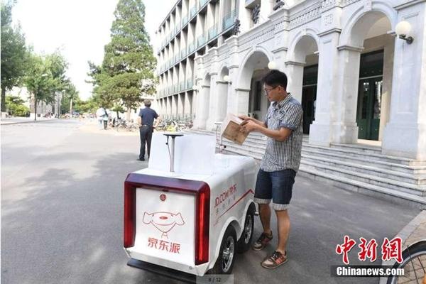 في الصين فقط .. أول تسليم للطرود بالروبوت فى العالم