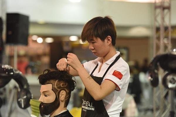 شابة صينية تكافح من أجل رفع مكانة مهنة تصفيف الشعر في الصين