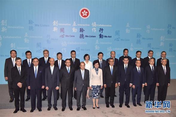 月21日,香港特别行政区候任行政长官林郑月娥(前排中)与第五届政府的主要官员亮相。国务院于21日任命了香港特别行政区第五届政府的主要官员。当日下午,候任行政长官林郑月娥与第五届特区政府主要候任官员,包括政务司、财政司及律政司3位司长,13位局长及其他5位主要官员于特区政府总部首次全体亮相,并会见传媒。