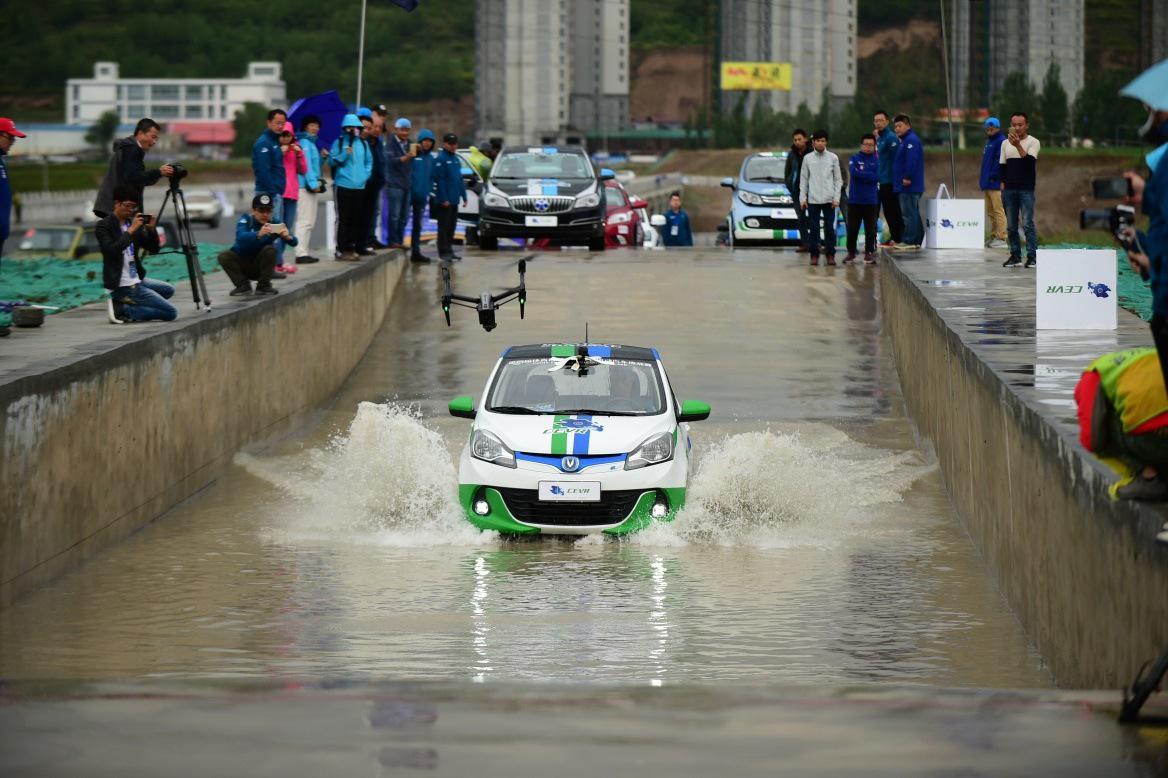 涉水挑战赛现场车辆进行测评