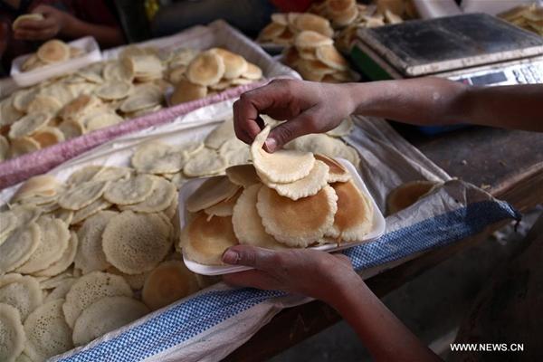 رغم ارتفاع الأسعار .. المصريون يقبلون على شراء كعك العيد